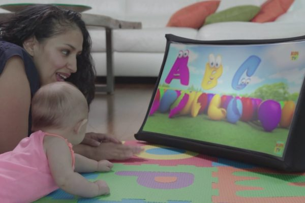 THIS 24-INCH POP-UP SCREEN COLLAPSES TO THE SIZE OF A BOOK AND IT'S CRUSHING ON KICKSTARTER