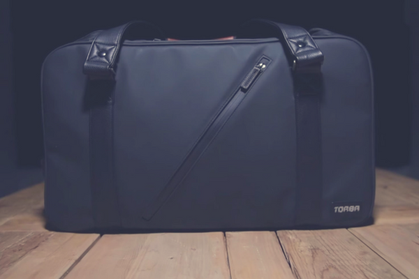 THIS CUSTOMISABLE TRAVEL BAG ORGANIZES YOUR ITEMS AND CHARGES YOUR DEVICES