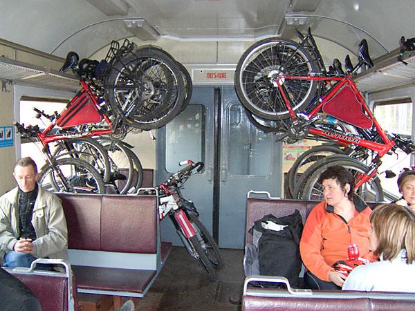 В электричке с велосипедами