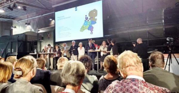 Installatie Raad van Ouderen door minister Hugo de Jong. In het midden Joost Bos.