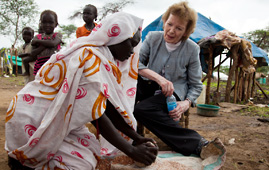 Mary Robinson with a young women in Yusuf Batil refugee camp